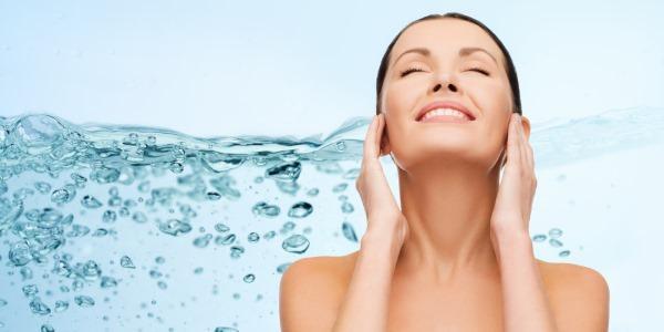 ¿Qué es el agua micelar? ¿Para que sirve? Qué beneficios, cómo usar y cómo hacerlo en casa