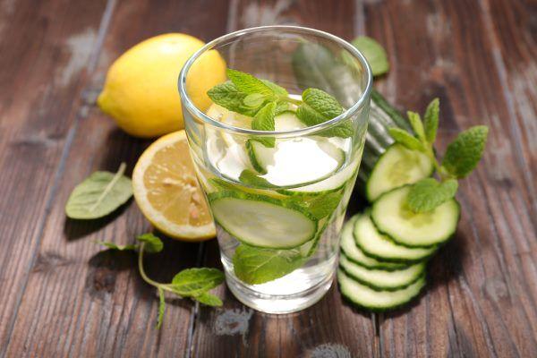 desintoxicación de agua limón pepino