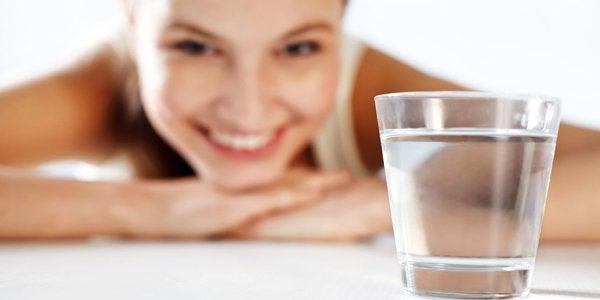 Agua alcalina: 12 beneficios y cómo hacerlo en casa