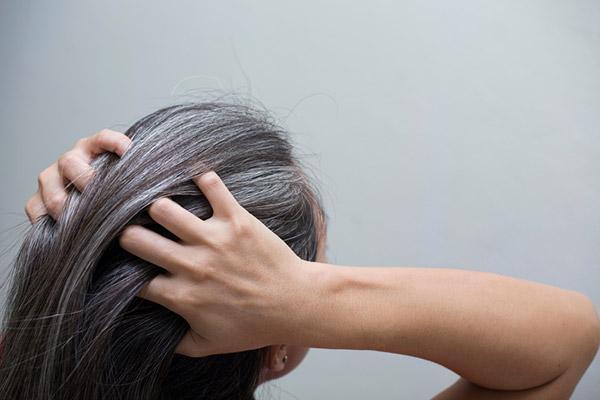Cómo evitar el pelo blanco de forma natural