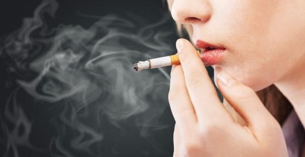 Cómo fumar olores de cigarrillos de boca, ropa y manos