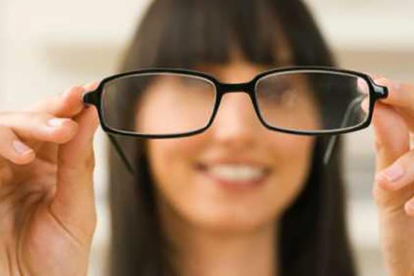 Cómo limpiar anteojos con o sin anteojos para una visión perfecta